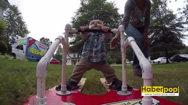 Düyanın-en-küçük-su-kayakçısı-6-aylık-bebek-su-kayağı-yaptı-videosu