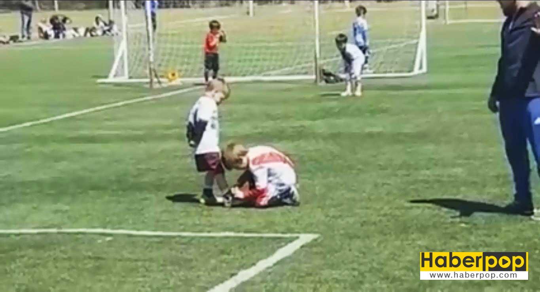 rakip-oyuncunun-ayakkabi-bagcigini-baglayan-futbolcu-video