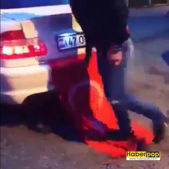 Türk bayrağını ayaklarıyla çiğneyen adam demokrasi mitingine gitti videosu