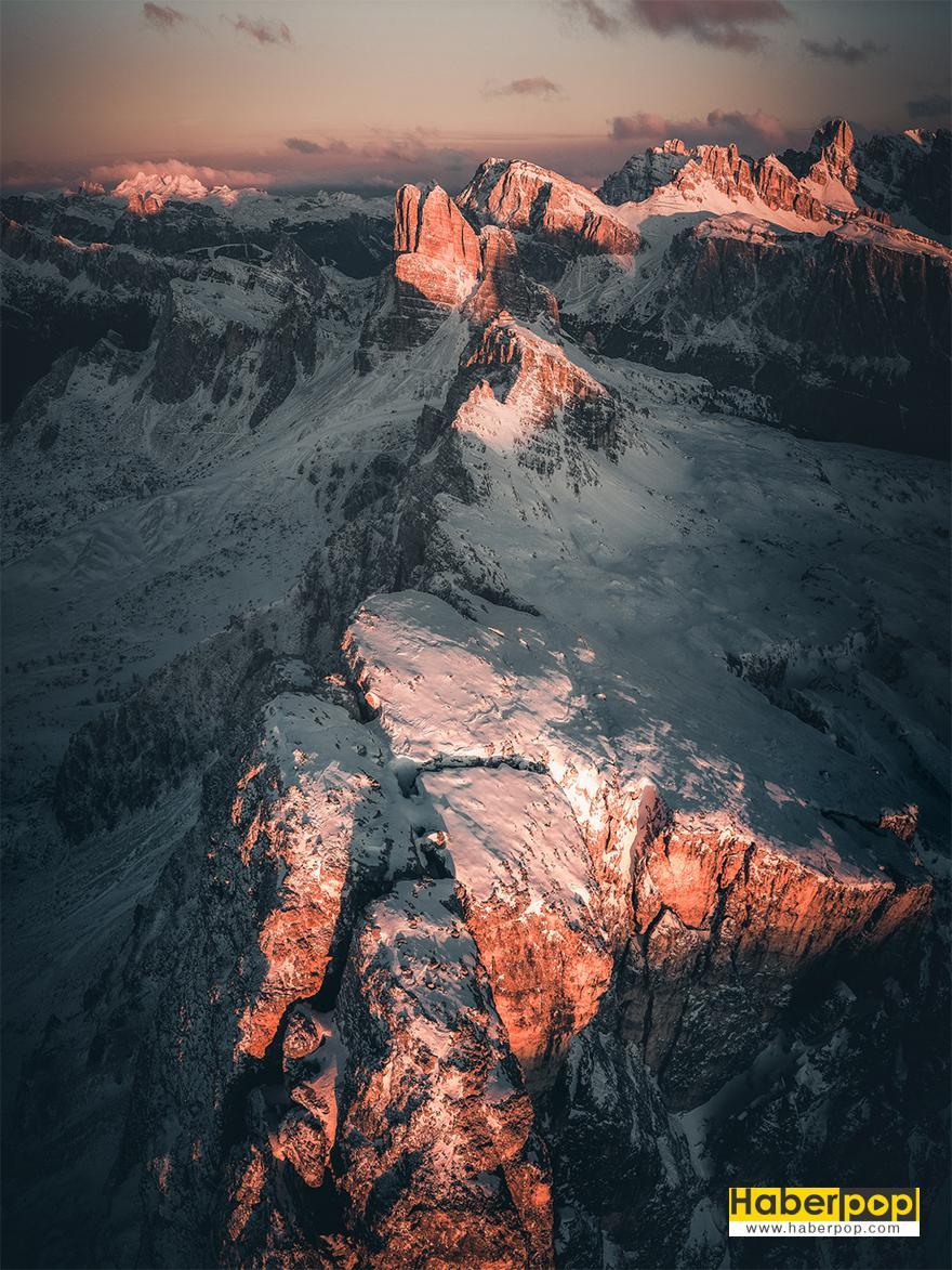 Gökyüzünde Dağların Neredeyse Poz Veriyor Gibi Göründüğü Bir Nokta Var