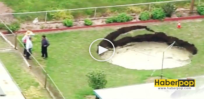 evlerinin-bahcesinde-delik-ckur-olustu-videosu-izle