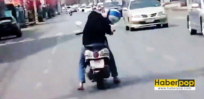 motosiklet-surucusu-direksiyonda-uyursa-videosu-play